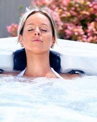 Kobieta relaksuje sie w wannie z hydromasażem